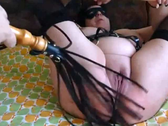 Epouse fouettée sur le lit par son mari avant d'etre fistée