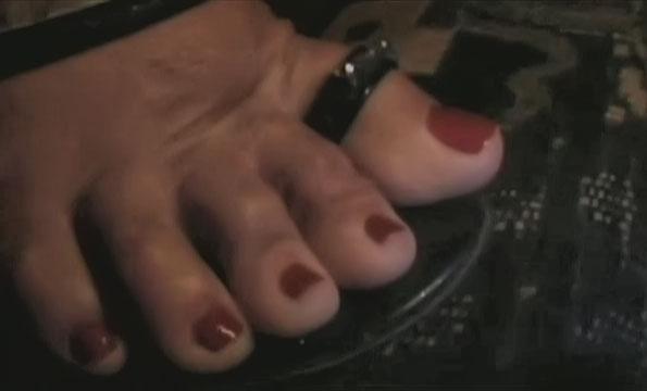Rot lackierte dicke Zehen lutschen