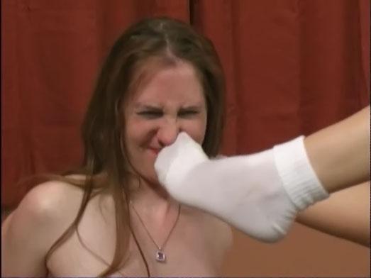 Stinkende weiße Tennissocken unter der Nase