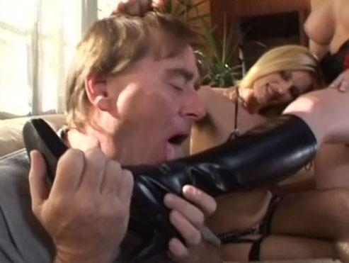 Der Stiefellecker darf seinem Fetisch nachgehen