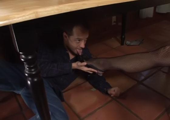 Unterm Tisch verschwitzte Nylon Füße lecken